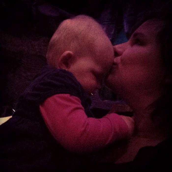 Terwijl Eva met oma in de Pandadroom zit, geef ik Liza te eten. Even een moeder-dochter momentje.  <3
