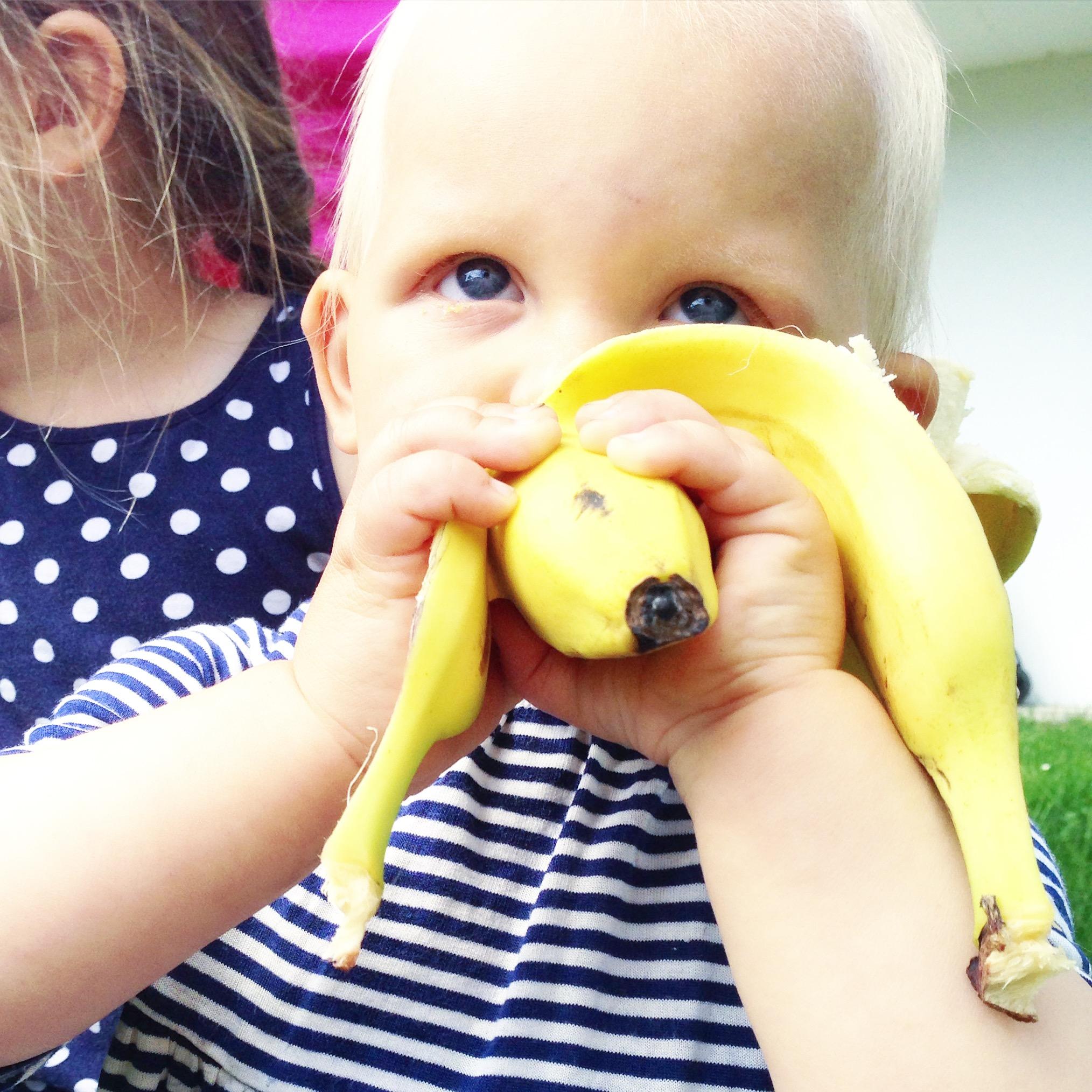 Liza eet inmiddels zelf haar banaan en dat is me toch relaxed. Het geeft een stuk minder troep!