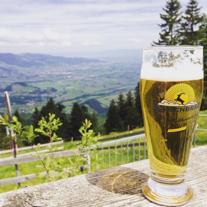 Na een flinke wandeling hadden we deze wel verdiend Vanaf hier konden we ons huis zien en helemaal achterin zie je de Bodensee!