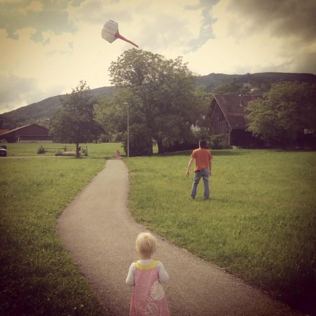 Op zaterdag stond er een fikse wind en gingen we vliegeren op het veld. Overigens ben ik echt verliefd op Liza's nieuwe jurkje <3