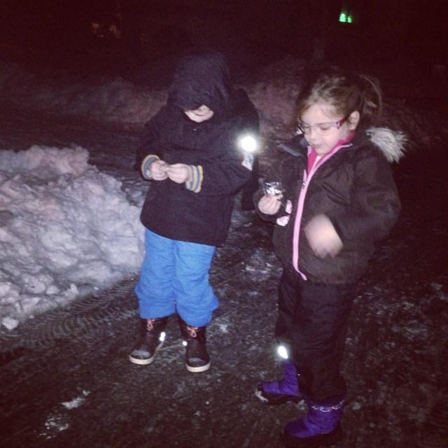 's Avonds vieren we oud en nieuw. De kids worden uiteindelijk om half 12 wakker. Een middag in de sneeuw is pittig en slapen was noodzakelijk. Maar ze houden het 's nachts goed vol en het is erg gezellig.