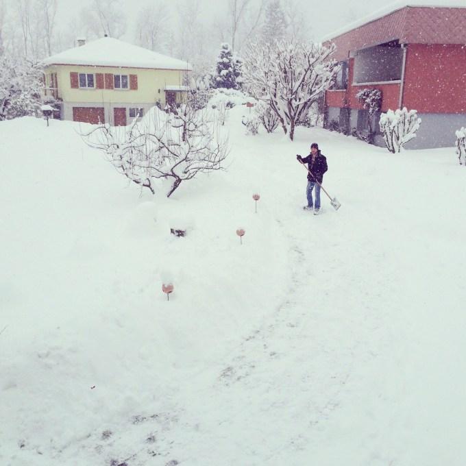 Floris is ondertussen bezig met onze oprit sneeuwvrij maken. En doet het nog een keer en nog een keer!