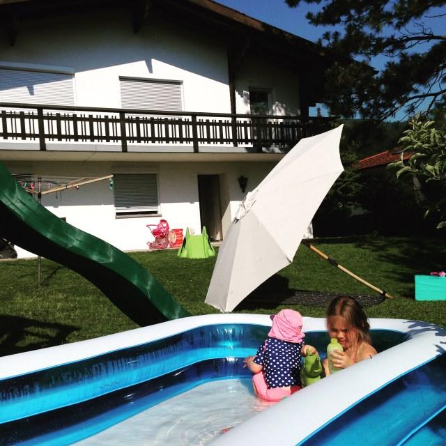 En ook donderdag deden we niet veel meer dan in het zwembad liggen en op het kleed. Best fijn.