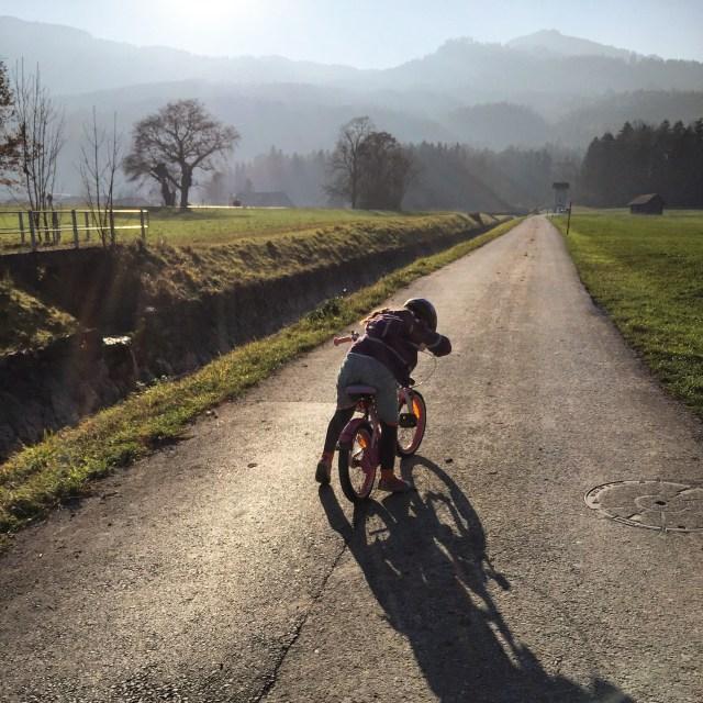 Woensdagmiddag gaan we naar het bos. Eva wilde perse met de fiets. Dat gaf dus problemen, want berg op fietsen is zwaar!