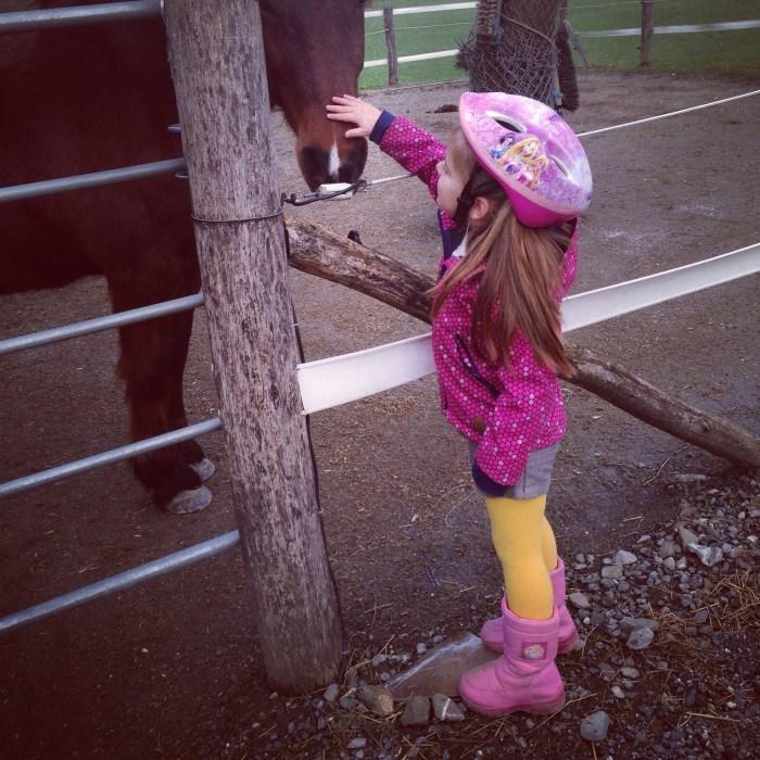 Maandag gingen we weer een rondje lopen. Natuurlijk moesten de paardjes geaaid worden!