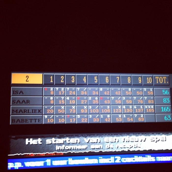En wat niemand had verwacht en ik al helemaal niet, die bowlingballen gingen steeds er retegoed in. Strike na spare en weer een strike, ik deed het gewoon!