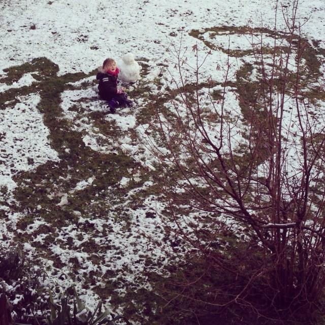Zaterdag ging het sneeuwen. Het mag eigenlijk geen sneeuw genoemd worden, maar Eva vermaakte zich er prima mee!