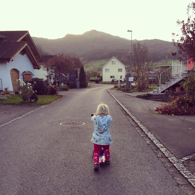Maandag steelt Liza de step van de buurjongen en probeert er op weg te steppen :)