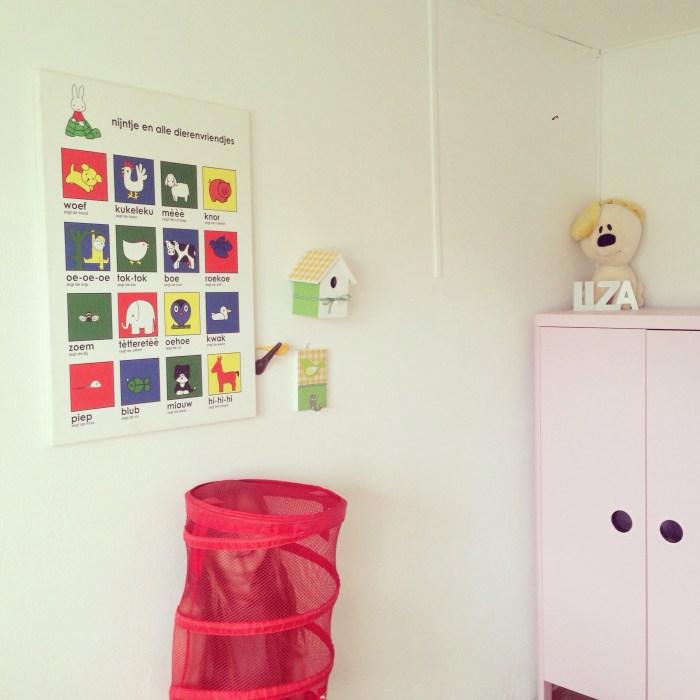 In Liza's kamer hingen we dit Nijntje canvas op. Ooit zelf gemaakt bij Eva en nu in Liza's kamertje. Het lijkt wel erg netjes...