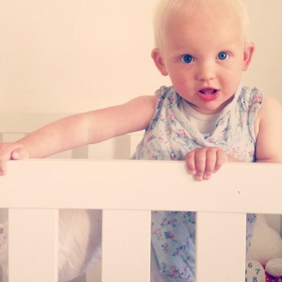 Liza besloot na haar middagdut een poging te doen om haar bed uit te klimmen. Ze had al haar knuffels op elkaar gestapeld! Donderstraal