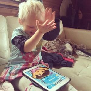 Zondag heeft ze het memoryspelen op de Ipad ontdekt. Zo trots als ze binnen een minuut 12 aartjes goed heeft omgedraaid.