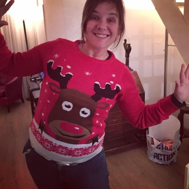 Thuis pak ik cadeautjes uit en ben ik happy met mijn foute kersttrui :)