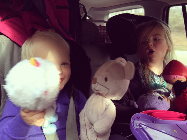 Zo trots op de dames. In de auto spelen ze, lezen ze een boekje, kijken ze naar buiten, luisteren ze muziek en eten ze wat.