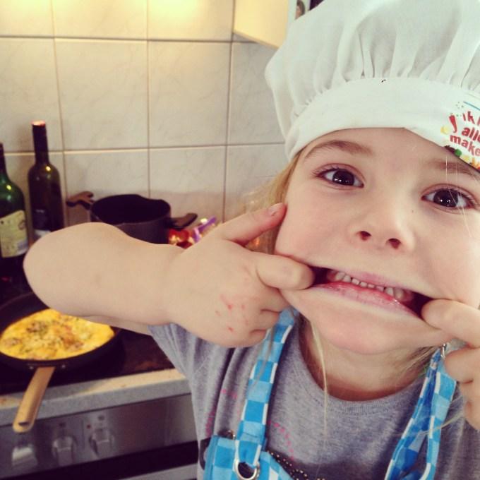 Op zondag deden we verder ook niks bijzonders dus. Maandag bakten we daarom lekker een eitje. Eva vindt het super om te helpen inclusief bijbehorende outfit.