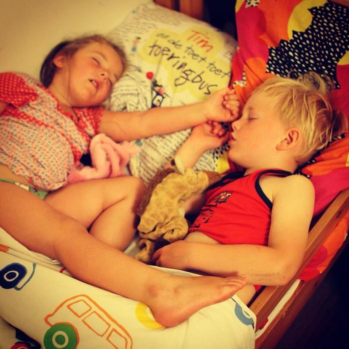 Toen de oudsten (Eva en Lars) eenmaal sliepen, vonden we ze zo in een bed. Schattig he!