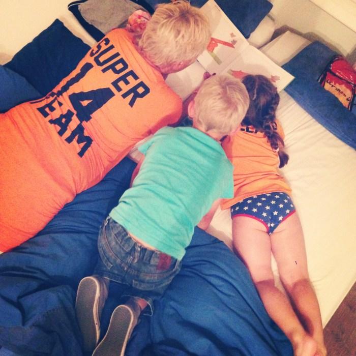 We bleven slapen bij mijn ouders en oma las Eva en neef Juul voor. Daarna keken wij met elkaar de wedstrijd die we verloren. Jammer, maar helaas.
