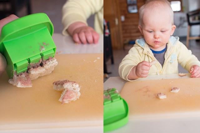 En dan druk je de propper (zo heet dat echt) de vierkantjes uit je boterham. Hier was ieder vierkantje echter zo in de mond van Liza, maar ik kan je verzekeren dat de blokjes  er makkelijk uitgingen en een mooi formaat hadden! :)