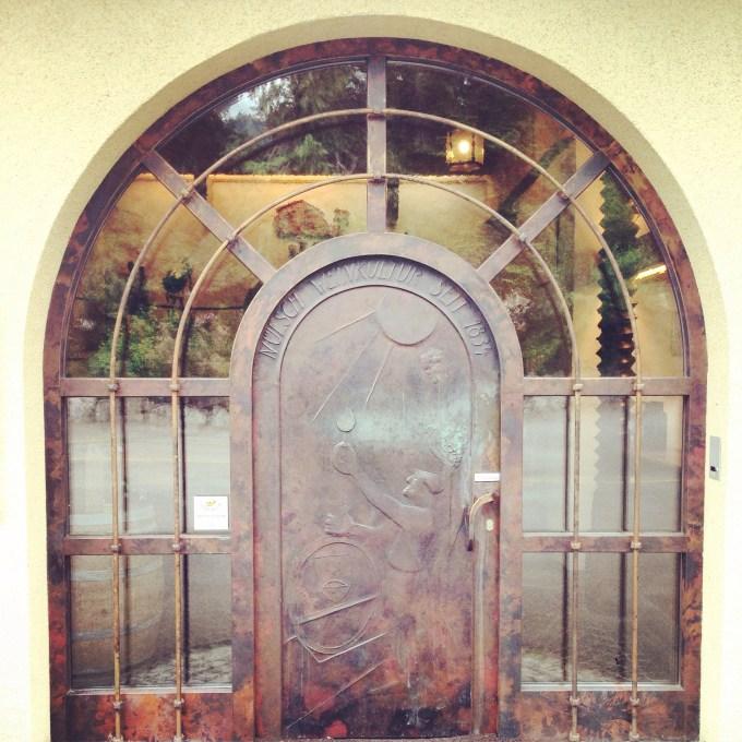 Zaterdag vertrekken we op tijd uit het hotel en duiken de wijnkelder ernaast in. Wat een mooie deur he?