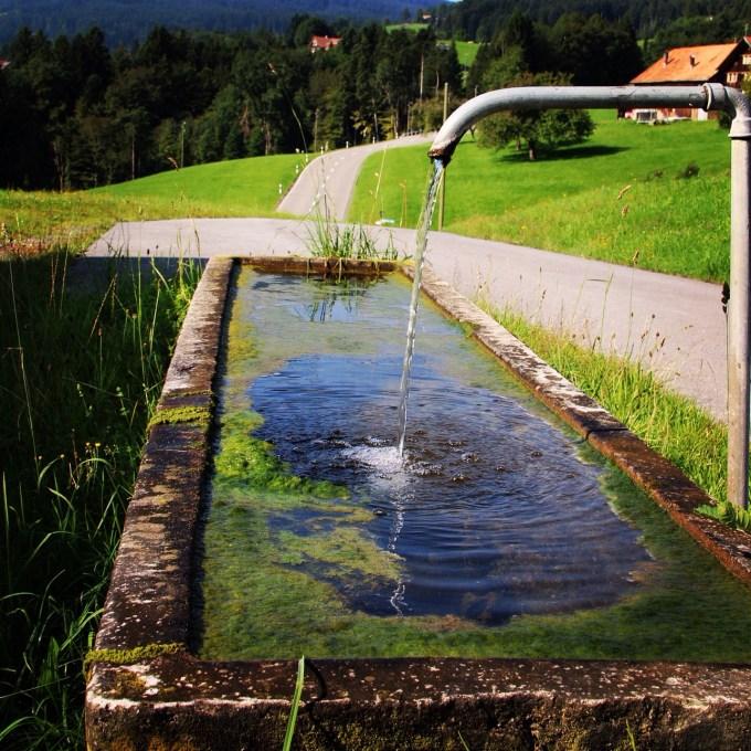 Maar ze hadden wel water direct uit de berg voor het huis.