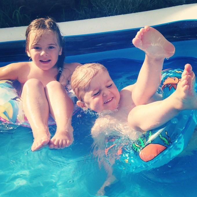 Wat een warme zaterdag was het! Rianne kwam met Nina even langs en Nina dook gelijk in d'r blote billen het zwembad in. Dat was even heerlijk verkoelend!