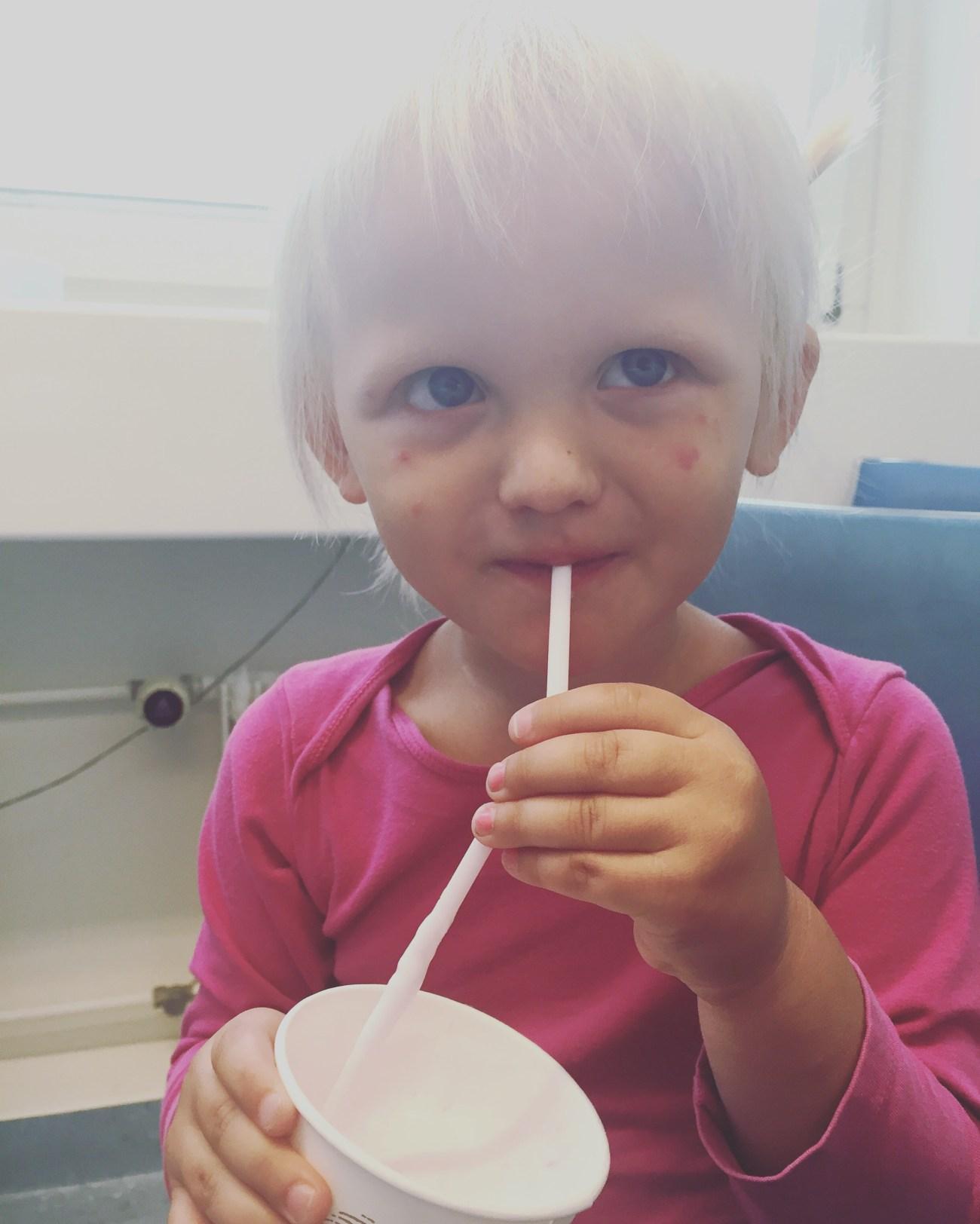Een milkshake om maar wat te drinken. Plassen moest ze!