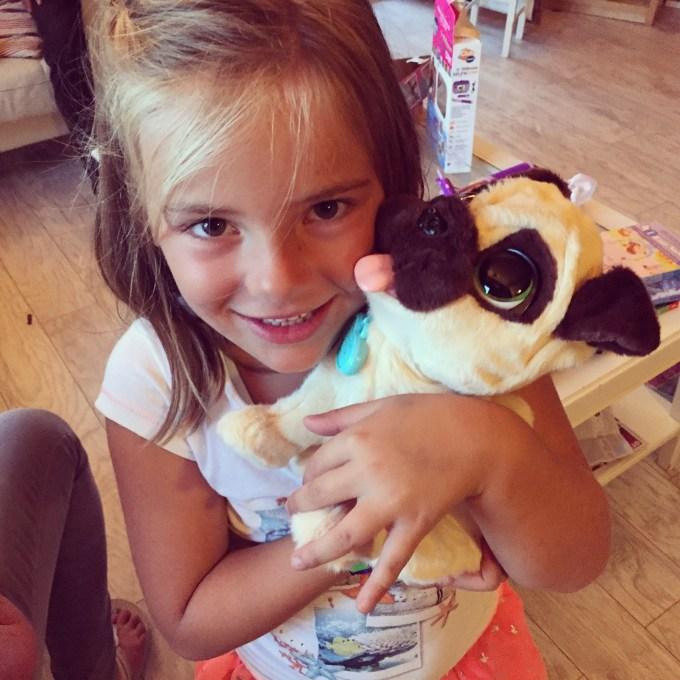 's Avonds krijgt Eva nog wat meer cadeautjes. Wat was ze blij met JJ, onze nieuwe hond.
