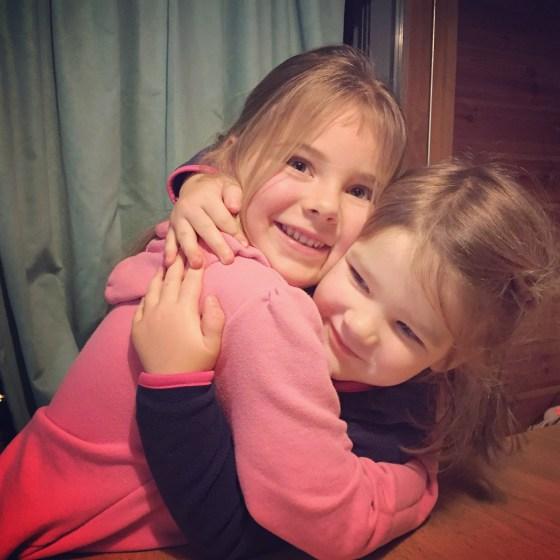 Ze kunnen soms heel boos zijn op elkaar, maar wat zijn ze leuk samen!!!! Echt genieten van die twee