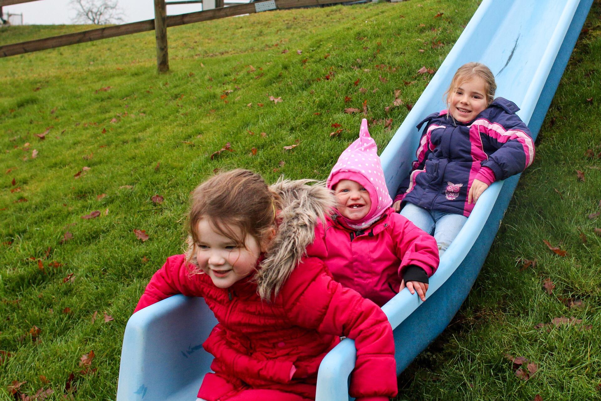 We lopen 's middags de berg op en daar spelen de meiden even. Leuk om te zien hoe Liza zich aan die grote meiden optrekt.