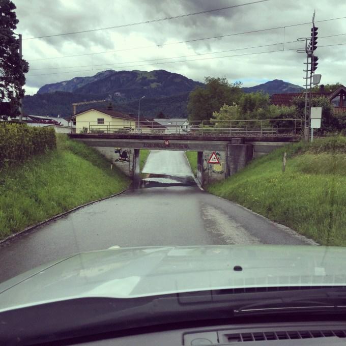 Donderdag op vrijdagnacht valt er heel veel regen. De rijn overstroomt en in Oostenrijk staan heel veel kelders onder water. Toen ik deze viaduct door moest rijden 's ochtends zag ik niet hoe diep het was :) Een uur later was het al flink gezakt.