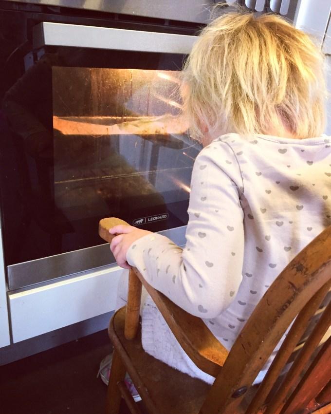 We bakken een bananenbrood en Liza bleef gewoon net zolang wachten totdat het klaar was!