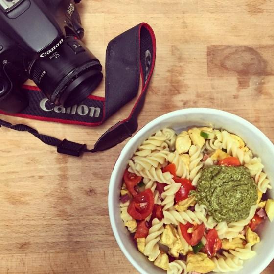 's Avonds maak ik pastasalade. Natuurlijk moet dat eerst op de foto voordat ik het op mag eten. Leuk hoor zo'n extra blog.