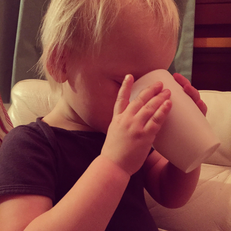 Maandagavond hadden we ineens een meisje met dorst. Ze dronk zo twee bekers melk weg!