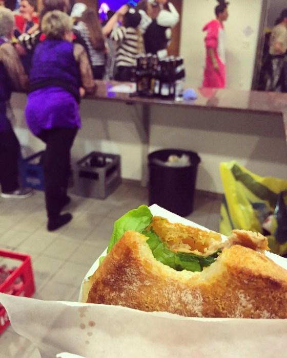 Om 1 uur had ik honger en was het tijd voor een ZackZack: een broodje met schnitzel.