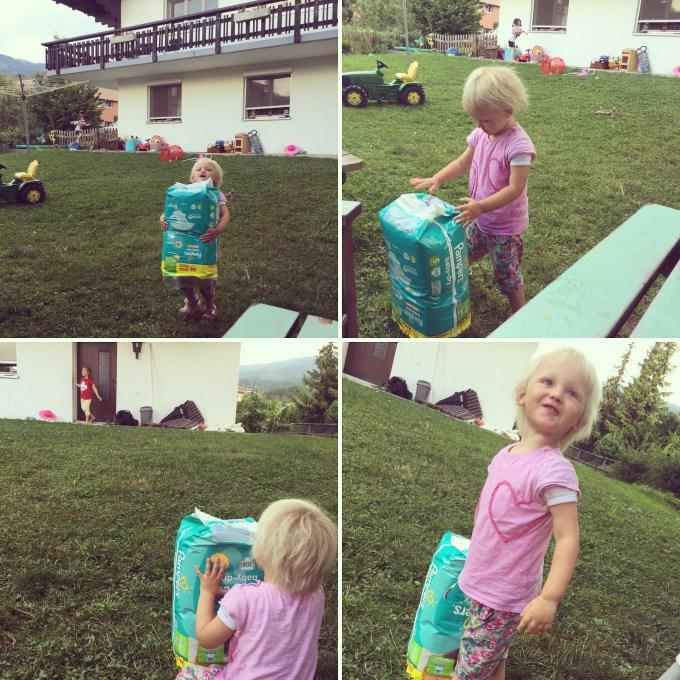 Aan het eind van de middag klimt Eva's vriendinnetje nog over het hek en sjouwt Liza om een onbekende reden het enorme pak luiers naar buiten. Ineens snap ik het; het is haar verstopplek voor verstoppertje!