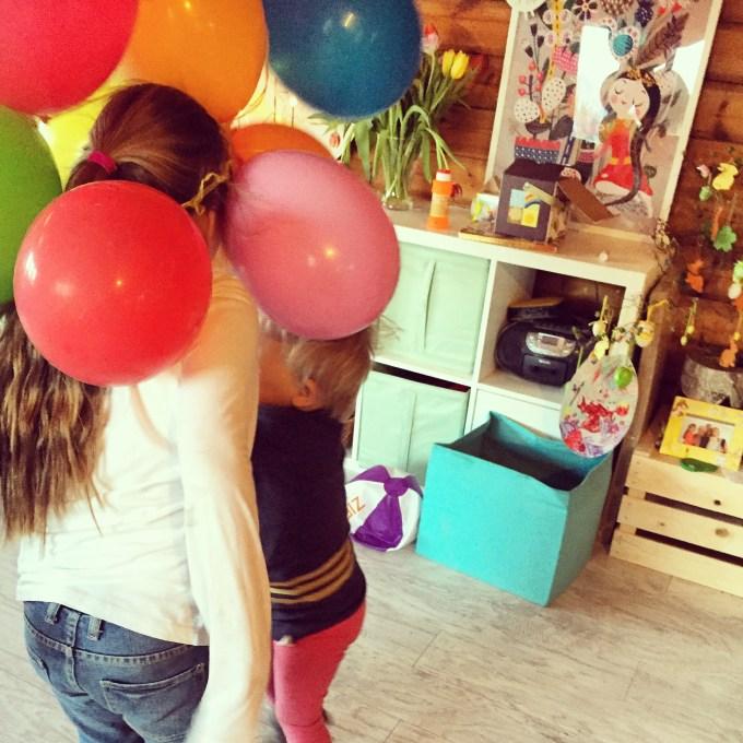 De slinger met ballonnen kiepert naar beneden. Dat vonden de meiden maar wat leuk!