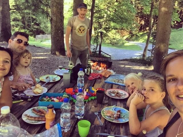 Ik maak wel honderden foto's, maar we gingen weer eens de berg op. Het eten weer op de barbecue, nadat de kids in het water hebben gespeeld.