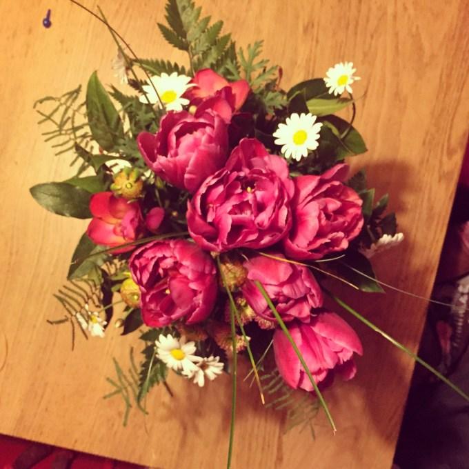 Omdat ik officieel in dienst ben getreden, krijg ik als dank van de bank een bos bloemen. Mooi om het weekend mee te beginnen!