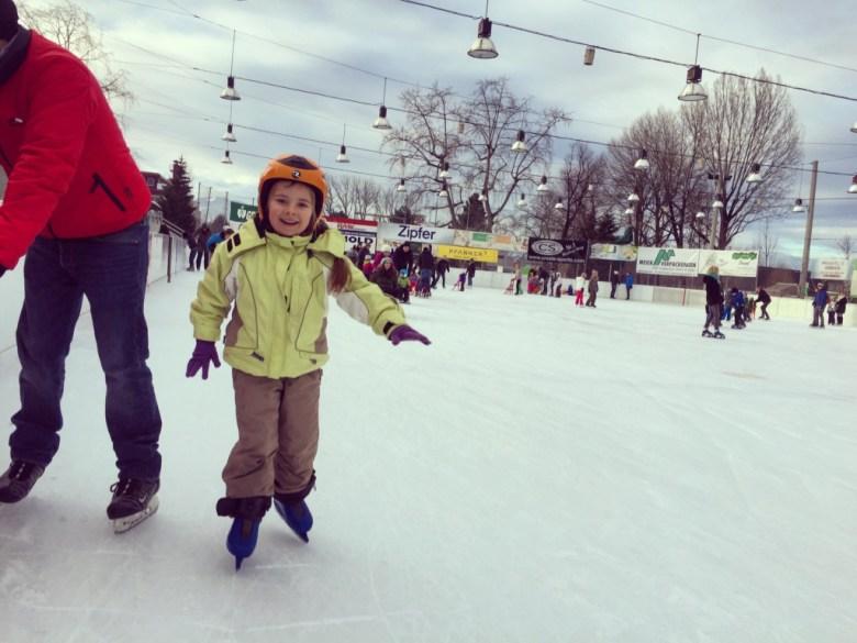 Zondag wilde ik wat actiefs gaan doen. Sleetje rijden of de berg op. Eva wilde niks. Uiteindelijk werd ze enthousiast van schaatsen!