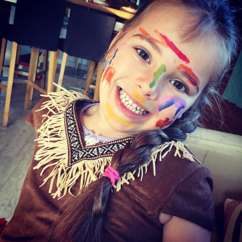 Eva heeft het schminken eindelijk ontdekt en komt als indiaan uit school. Haar indianenjurk moet dan natuurlijk ook aan en zo gaan we 's middags naar Femke. Een Nederlandse moeder met twee kinderen van Eva's leeftijd die hier in de buurt woont. Wat was het gezellig!