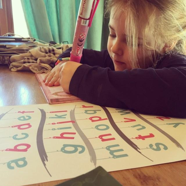 's Middags duikt Eva weer in haar boekje. Mevrouw heeft het schrijven ontdekt en is niet meer te stoppen.