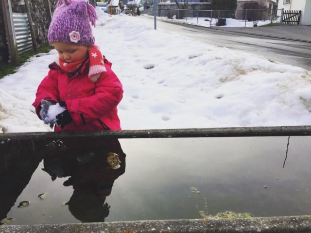 woensdagmiddag zijn we buiten. Liza lijkt gewend aan de kou en legt ijsballen in het koude water...