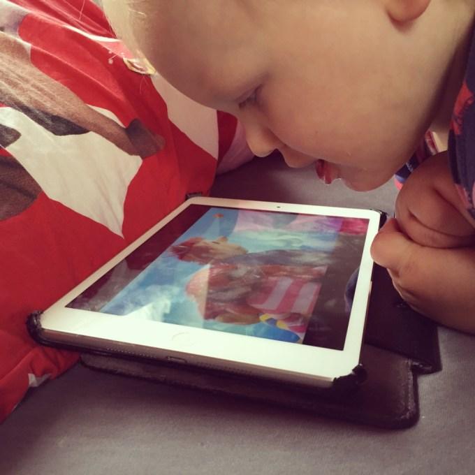 Terwijl ik dinsdag beneden aanrommel heeft mevrouw de iPad gevonden. Toto!