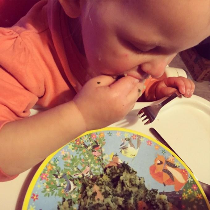 's Avonds gaat de boerenkool er gelukkig goed in. Dit is trouwens echt een Liza houding. Vork in de hand en eten met d'r handen.