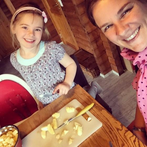Met Eva bak ik een appeltaart, dat hoort er voor haar bij als er bezoek komt. Prima