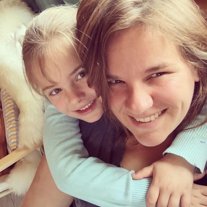 Ik knuffel met mijn meisje die me soms tot wanhoop drijft