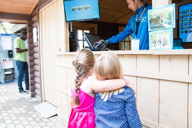 Elke ochtend hoor ik het weer. Mama wat gaan we doen vandaag? In haar prinsessenjurk gingen we, samen met beste vriendinnetje Sylke, naar Blijdorp. Hier zijn ze op de foto geweest en wachten ze totdat ze de foto kunnen zien. Echte vriendinnen!