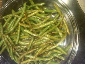 Finished green beans in a pan.