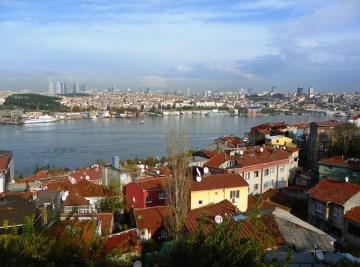 Вид на Золотой рог и Новую европейскую часть Стамбула