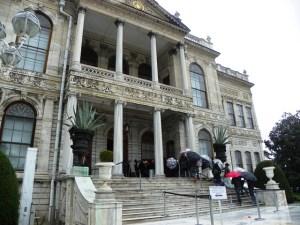 Вход во дворец Долмабахче