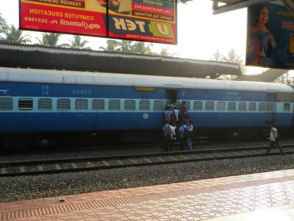 Пассажиры штурмуют поезд не со стороны перрона
